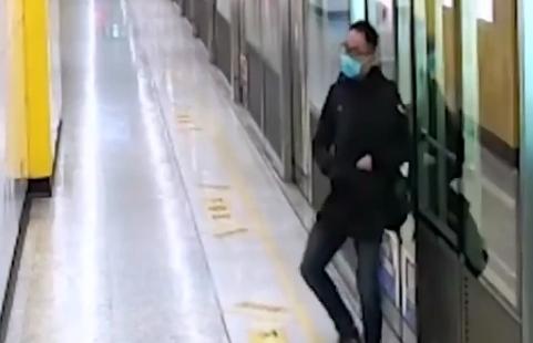 小伙一人两份工,压力太大没有休息,倒在了月台上