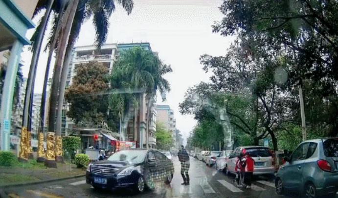 广州司机强行穿过学生队伍,没有丝毫悔意,网友怒了