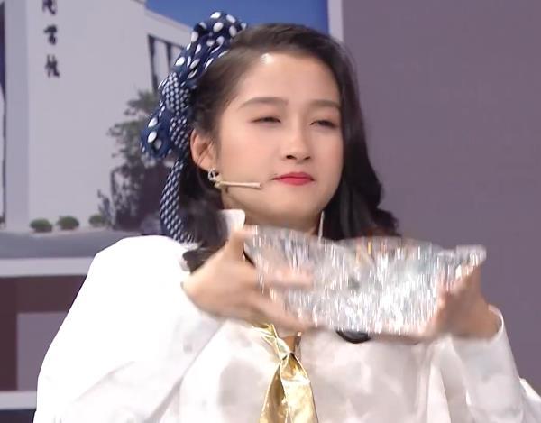 《王牌对王牌》关晓彤被水泼花妆,唯有一人反应比男