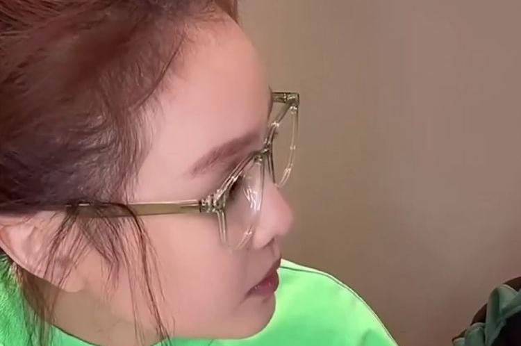 赵本山女儿球球直播征婚,头发全部梳至脑后,下巴尖细