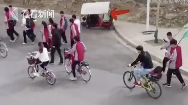 河北涿州街头发生暖心一幕网友点赞:少年强则国强