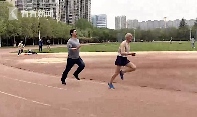 81岁老人跑四百米,记者骑自行车都追不上
