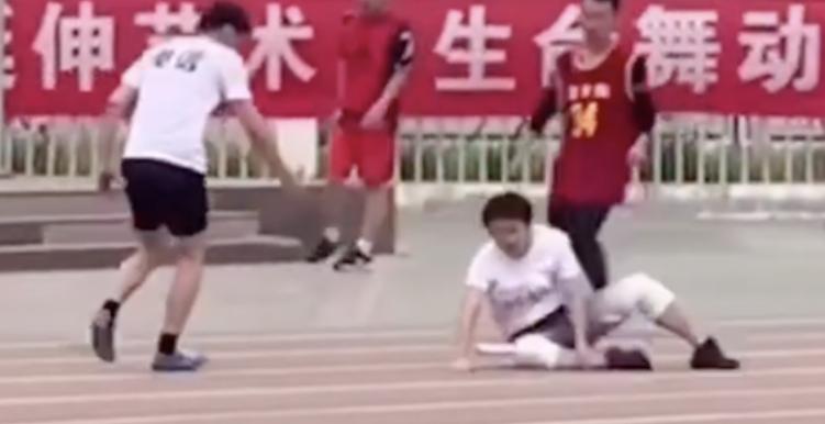 华北科技学院接力赛场上发生感人一幕,网友:输了比赛赢了人生