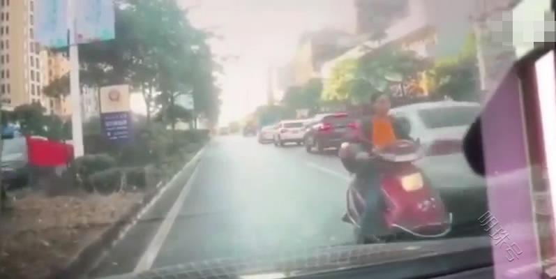 女子骑电动车逆行逼停小车,被货车撞飞,女子:你为什么不让一下