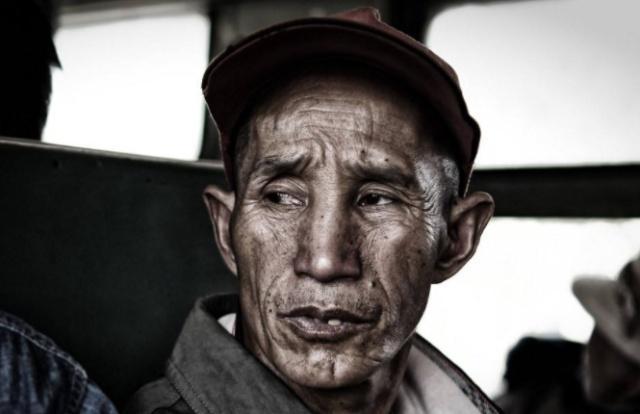 老人火车上偷手机被抓,突然下跪磕头:我都67岁了,放过我