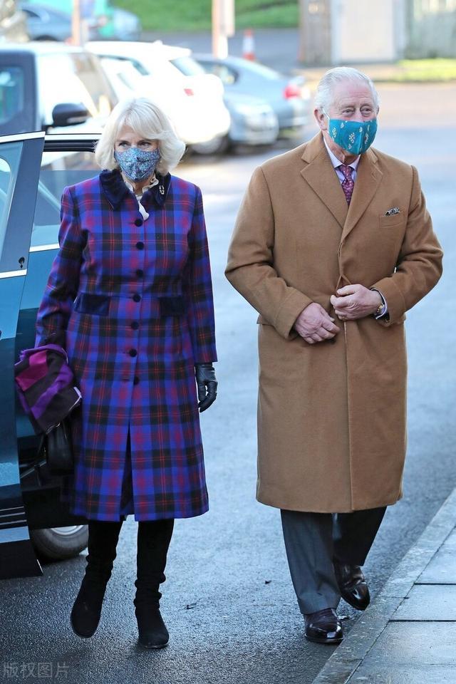 73岁的卡米推,披下风衣像时髦专主,取查我斯实登对