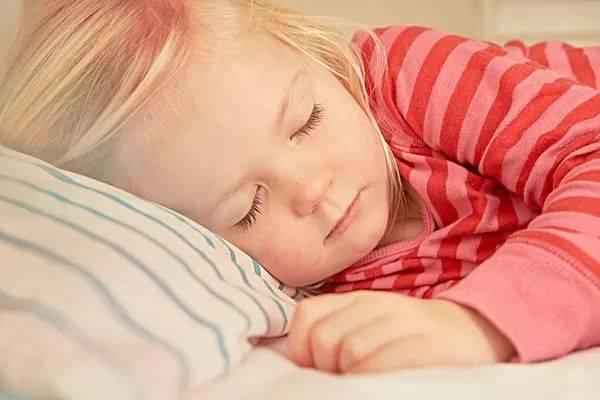 父母睡前该怎么利用好陪孩子的时间?