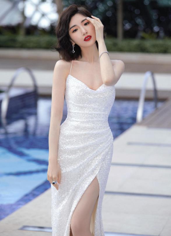 毛晓彤走港风超好,脱吊带开叉裙配年夜露背,配羊毛卷收型超好
