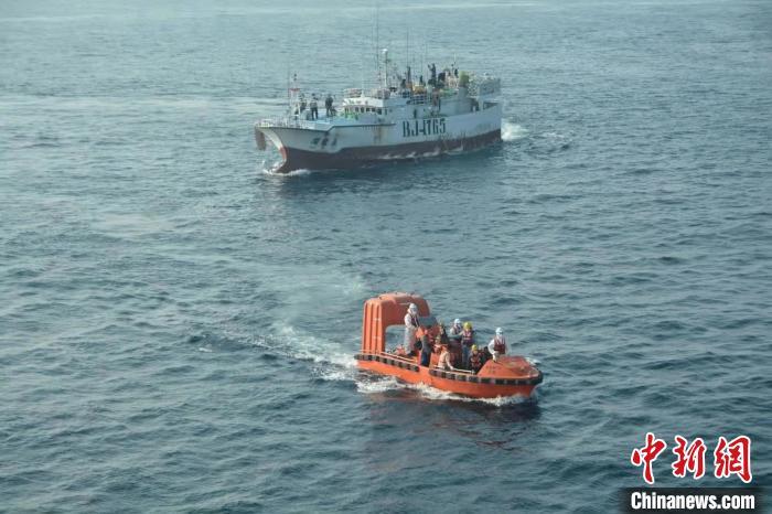 """台籍渔船救助的""""永丰""""轮遇险船员将转抵厦门"""