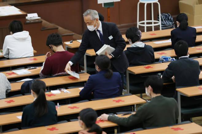 """53万日本考生戴口罩参加""""高考"""" 部分考点因暴雪"""