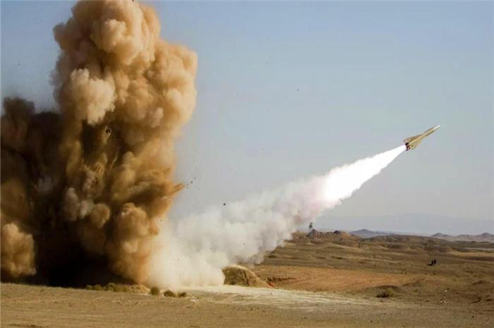 伊朗突然火力全开,数枚导弹炸沉巨舰,第五舰队下令核