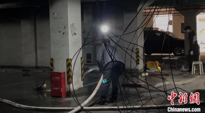 """上海""""特斯拉地库着火""""车辆被拖走 殃及同小区数辆车"""