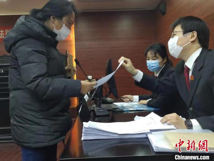 近百位工人从上海市宝山法院领到350余万元欠薪
