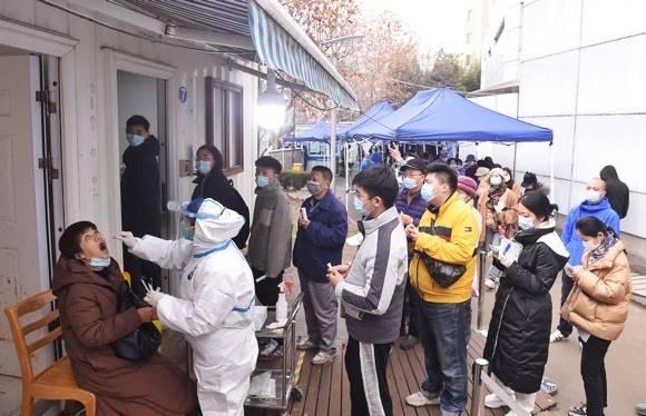 春节临近,上海各医院核酸检测点迎来小高峰