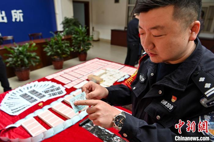 广州铁路警方连续捣毁4处制贩假票窝点