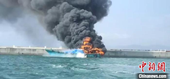 游客报警称三亚海面渔船失火 多方援手救人灭火