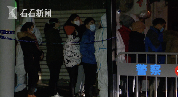 视频|济南路一居民楼彻夜进行核酸检测 现场秩序井然