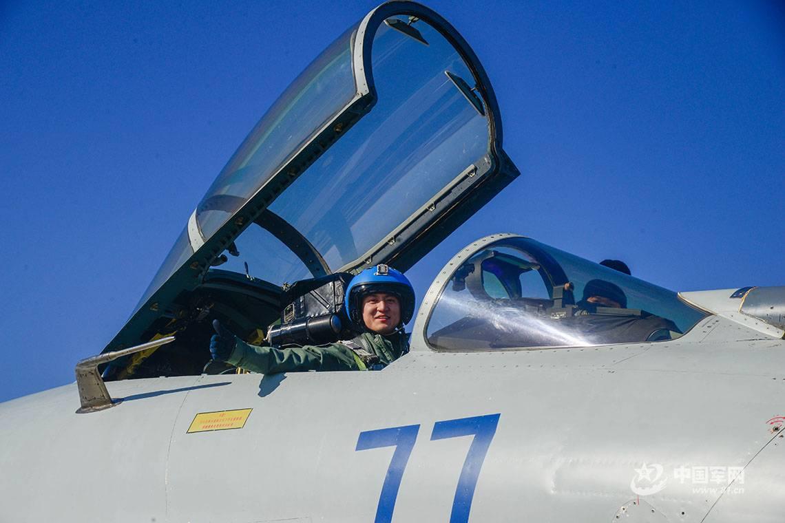 特殊的礼物 飞行学员终于单飞啦!