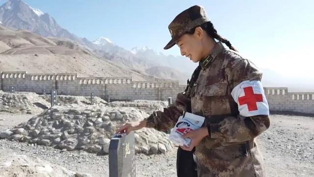 中国海拔最高烈士陵园里,她给每位烈士发奶糖……