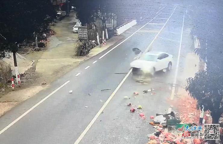 遂川:司机疲劳驾车 一眯眼就撞上护栏(图)