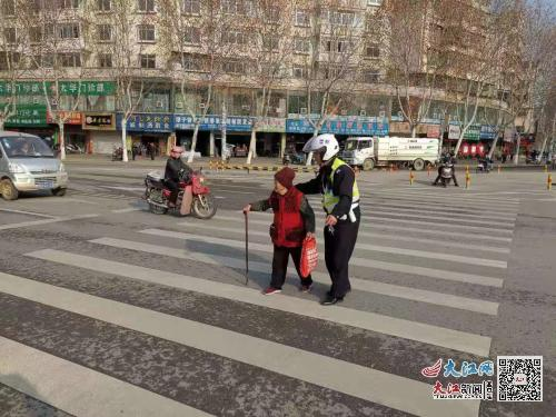拐杖老人过马路 暖心交警一路搀扶!(图)