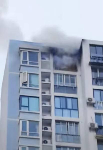 浦东一小区发生火灾 顶楼窗口冒出明火