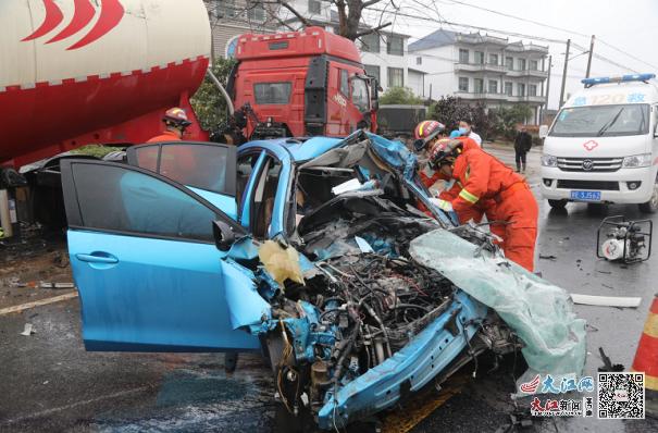 弋阳县国道上发生车祸 两名被困人员成功救出