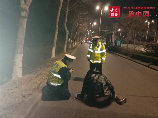 寒夜男子醉街头 桓台交警相助护安全