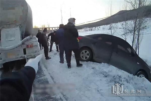 小轿车侧滑冲下路基卡在斜坡上 警民联手化险为夷