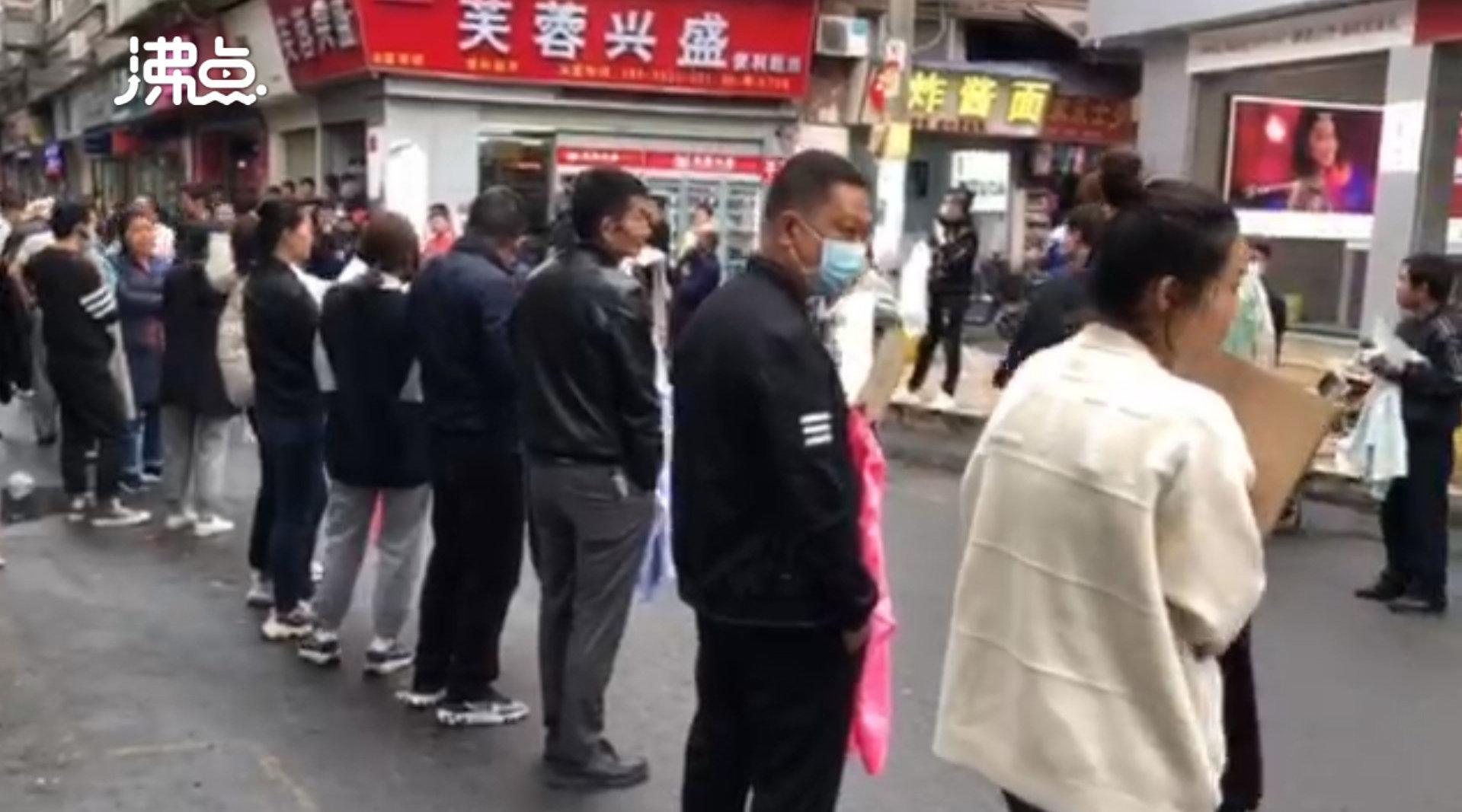 招工老板街头排队被工人挑:年轻人不愿入行 宁做散工不做长工