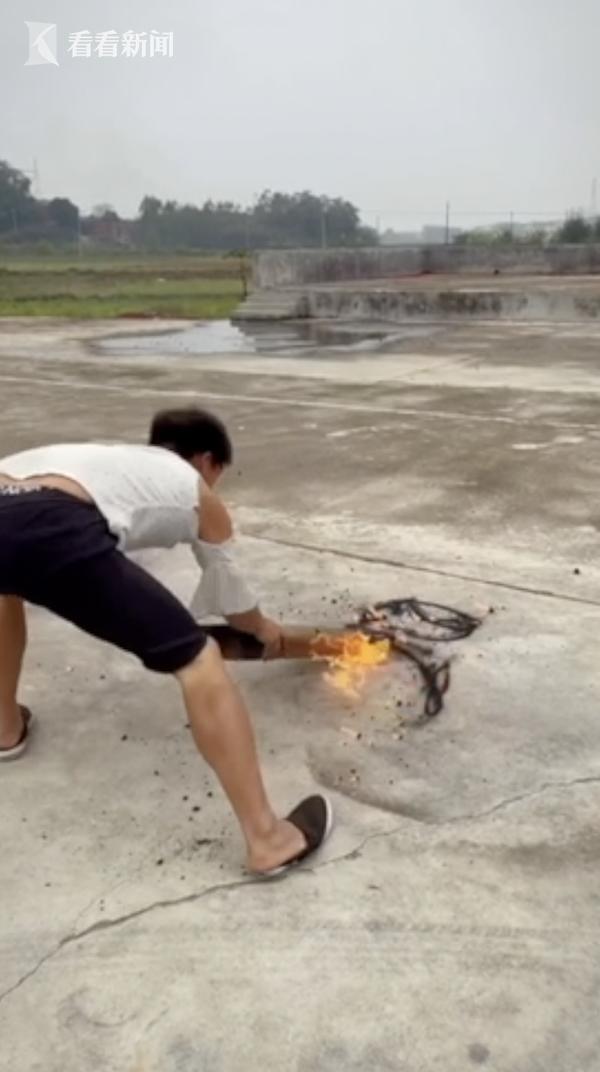 小伙用烧火棍画吴孟达头像 致敬他曾带来的欢笑