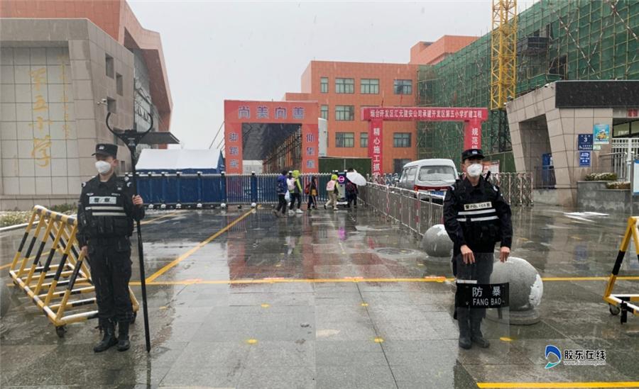 烟台开发区巡警大队:开学首日迎瑞雪 坚守校园护学子