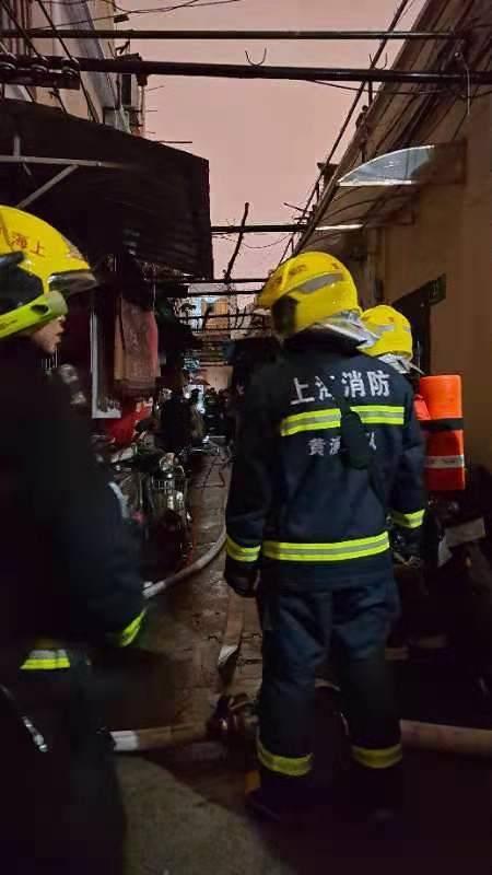 昨晚黄浦区西仓桥街一民居发生火灾