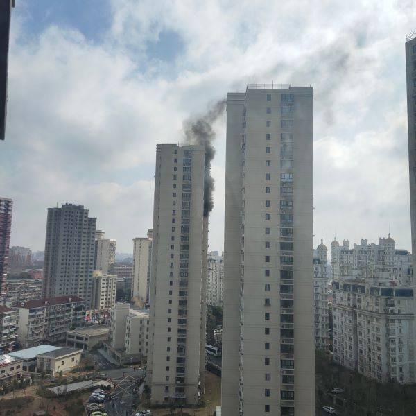 今晨杨浦一高层小区发生火灾 多辆消防车到场