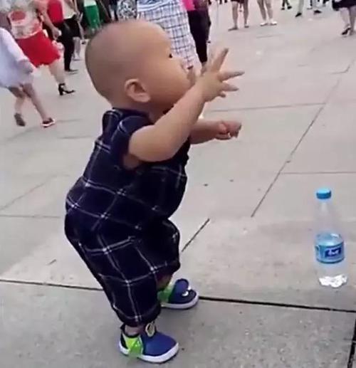 奶奶带两岁孙子散步,妈妈下班后去接孩子,广场上的一幕让她笑翻了