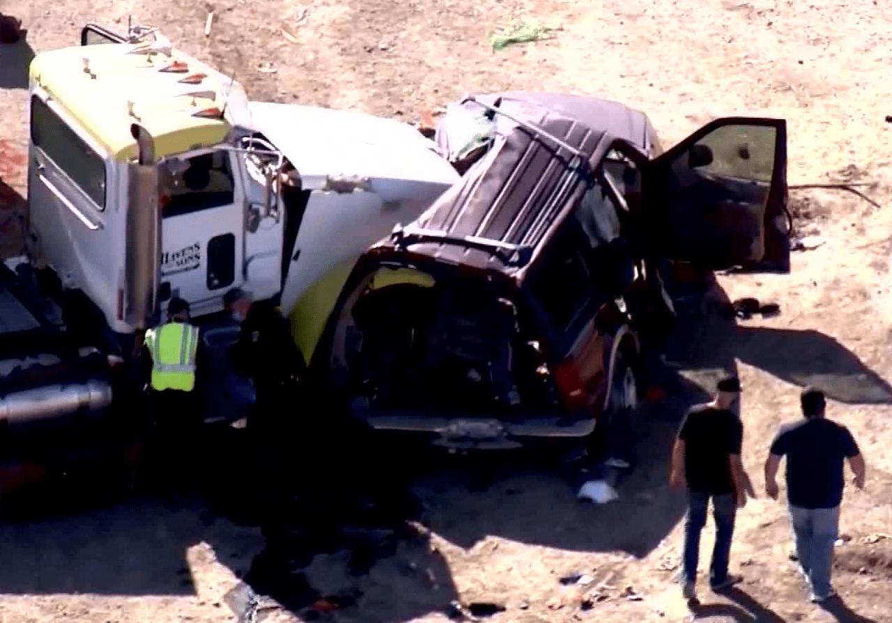 美国重大车祸致15人死亡:核载8人汽车塞28人 多人从