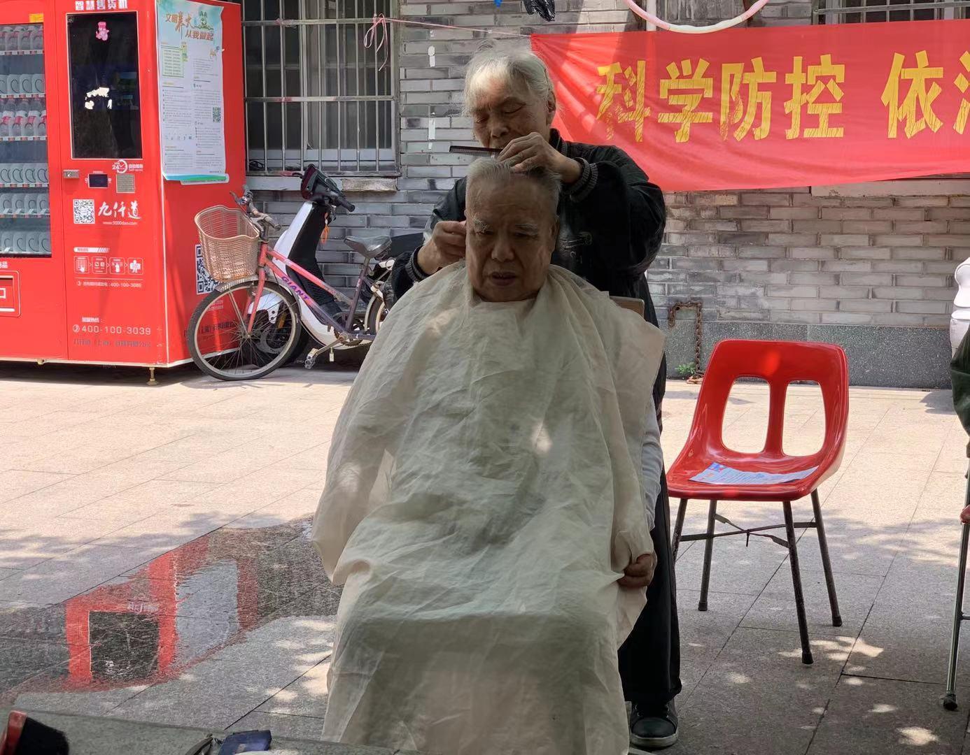 暖闻 理发师退休后服务社区老人,收费2元30年未涨