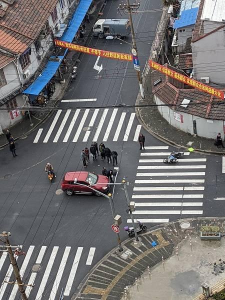 杨浦区丹阳路一轿车与电瓶车相撞 骑车男子受伤
