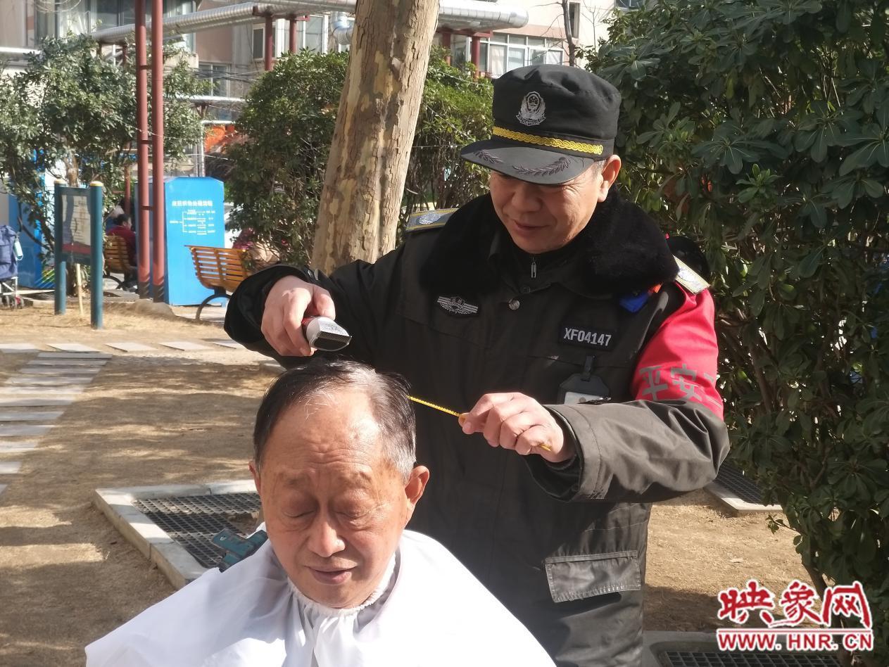 郑州巡防队员义务理发十余年 用行动践行雷锋精神