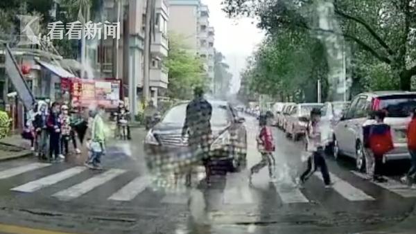 男子驾车强行冲断过马路小学生队伍 后续来了