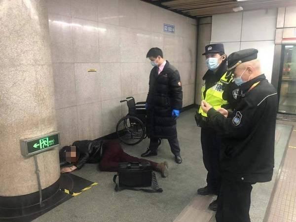 酩酊大醉后他摔倒在地 车站及时救助