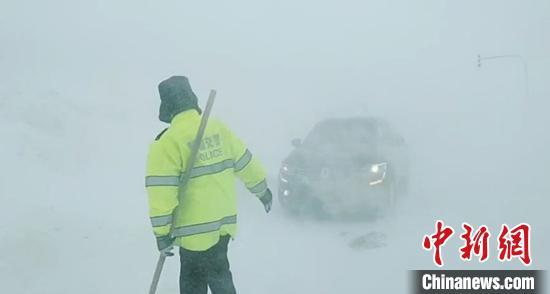 新疆阿勒泰出现风吹雪天气多辆车被困 交警连夜救助脱险