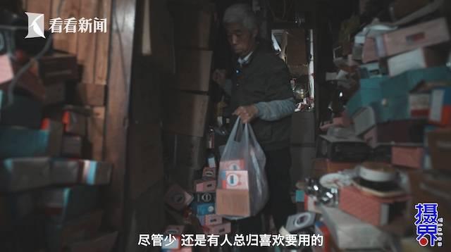 """视频 他省吃俭用51岁淘宝创业 只卖""""绝版闹钟"""""""