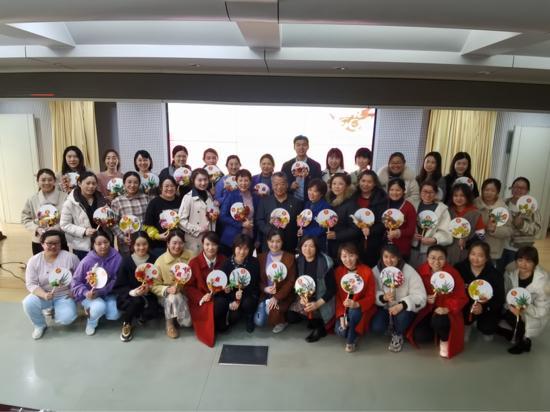 """市口腔医院劳模报告会和团扇制作活动共庆""""三八""""妇女节"""