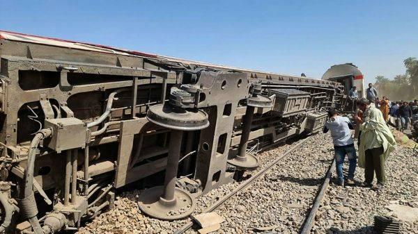 外媒持续关注:埃及火车相撞伤亡惨重