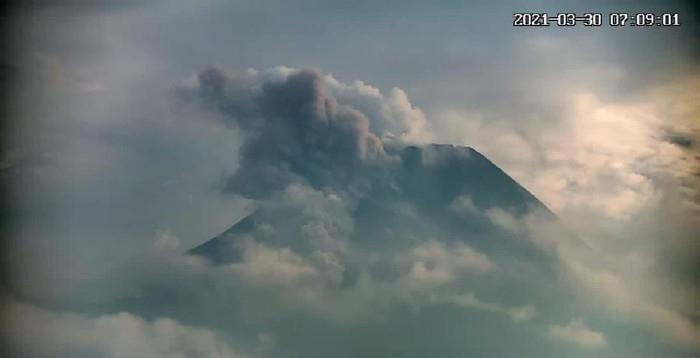印度尼西亚莫拉比火山再次喷发 喷出火山灰高达1500米