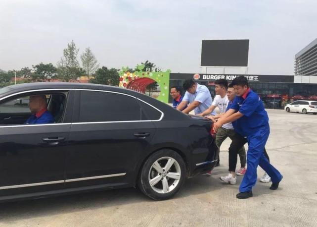 员工错加92号汽油,车主要求赔新车,员工:你的迈腾是啥好车?