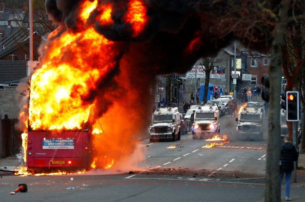 """一场葬礼引发的骚乱:当""""英国脱欧后遗症""""在北爱尔"""