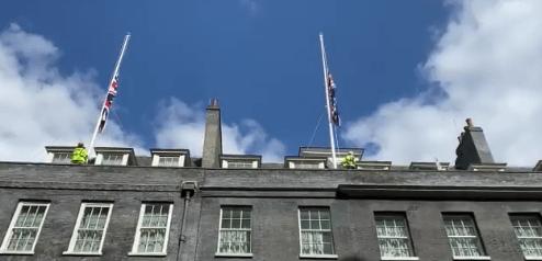 菲利普亲王去世,白金汉宫和唐宁街10号刚刚降半旗志哀
