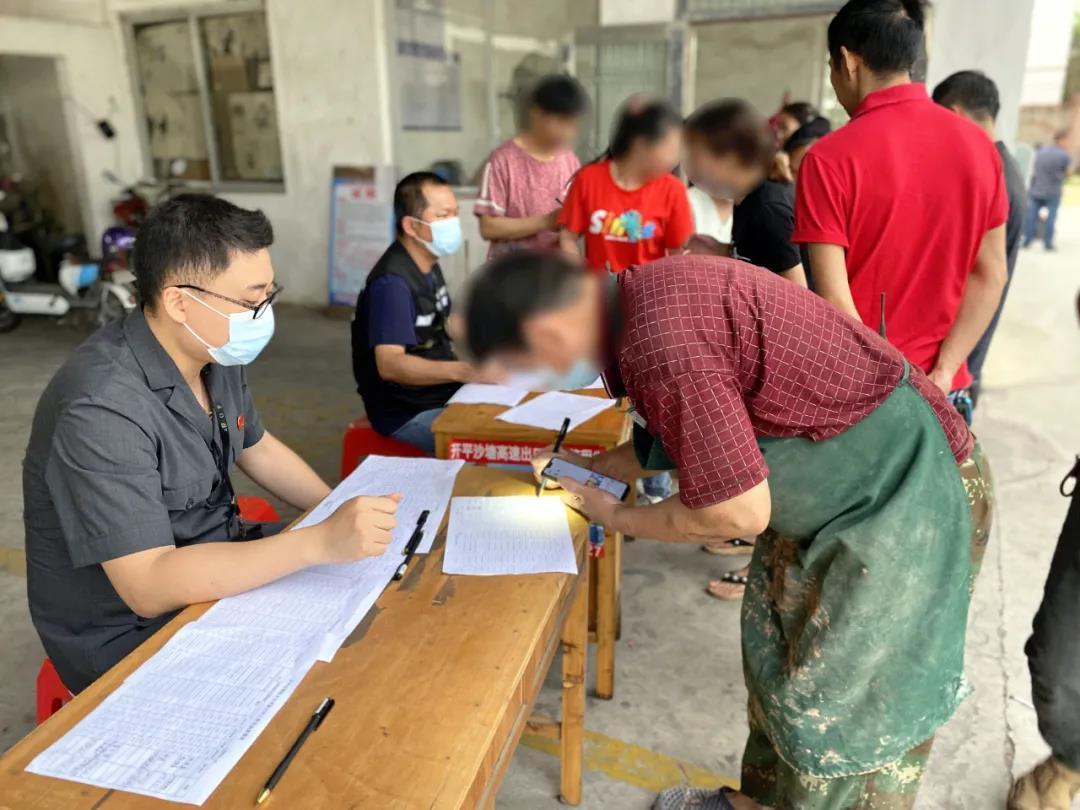 江门市开平法院上门服务,为200多名工人发放欠薪
